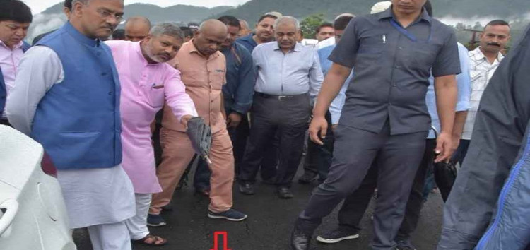 सीएम ने दिए पुल की सड़कों में धंसाव और दीवारों के फूलने पर जांच के आदेश
