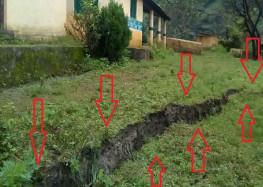 प्राथमिक विद्यालय और आंगनवाड़ी केंद्र में सड़क कटिंग से पड़ी दरार
