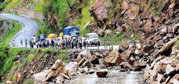 पिथौरागढ़ में चट्टान से गिरते पत्थरों से दो लोगों की मौत, तो कहीं बारिश का कहर