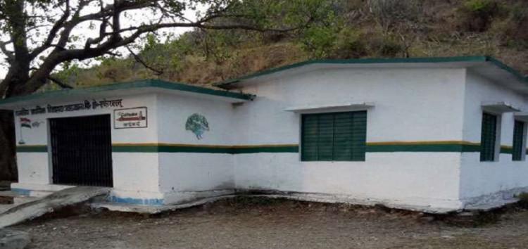 पलायन की मार से बंद हुए अंग्रेजों के शासन काल में खुले स्कूल