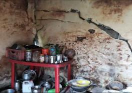 भारी बरसात से आवासीय भवनों में पड़ी मोटी-मोटी दरारें