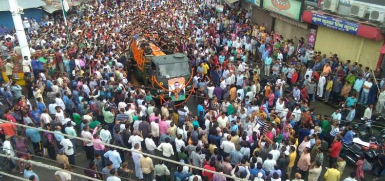 शहीदों की अंतिम विदाई देने सड़कों पर उतरे हज़ारों की संख्या में लोग