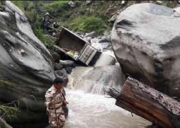 हेलंग-उर्गम मोटर मार्ग पर पिकअप नदी में गिरने से तीन बहे, छह घायल