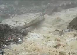 केदारनाथ में भारी बारिश से मंदाकिनी नदी का जलस्तर लोग सहमे