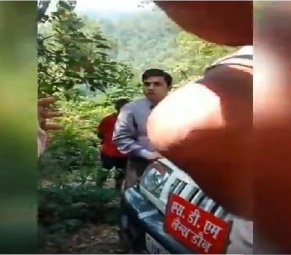 शराब की दुकान का विरोध कर रहे ग्रामीणों से एसडीएम ने दिखाई दबंगई वीडियो हुआ वायरल !