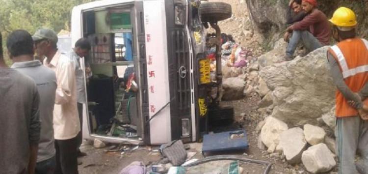 बैंगलुरु के तीर्थ यात्रियों से भरी बस पलटने से नौ यात्री घायल